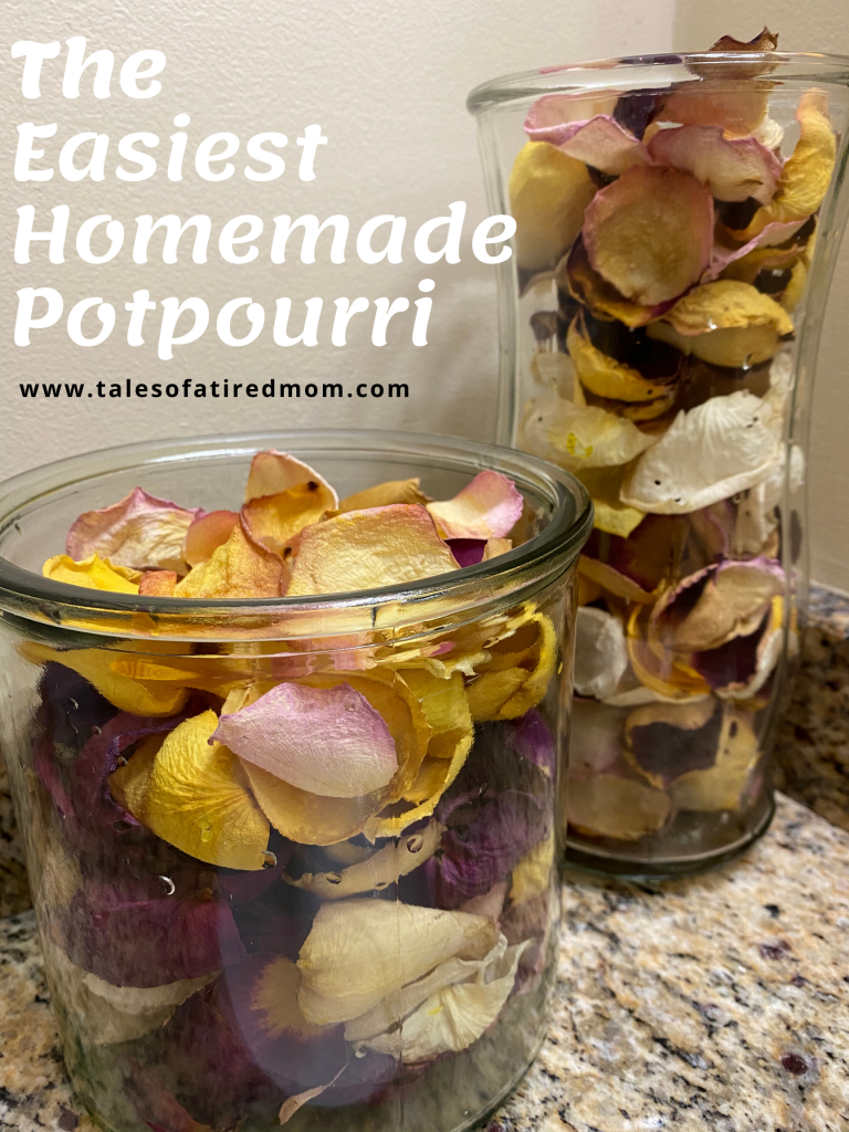 The easiest homemade potpourri. Only 2 ingredients. I wanted to reuse the dried flowers. And I needed/wanted a little decor in my bathroom.
