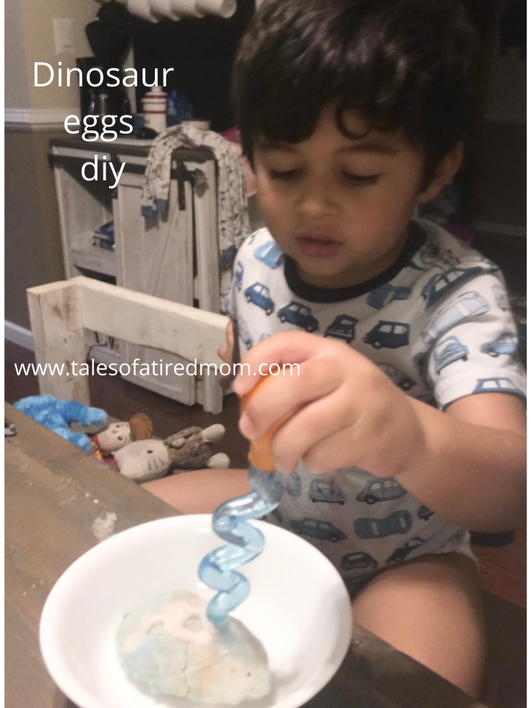 Dinosaur eggs DIY. Only a few ingredients needed. This is the perfect activity for a rainy day. Or show and tell.